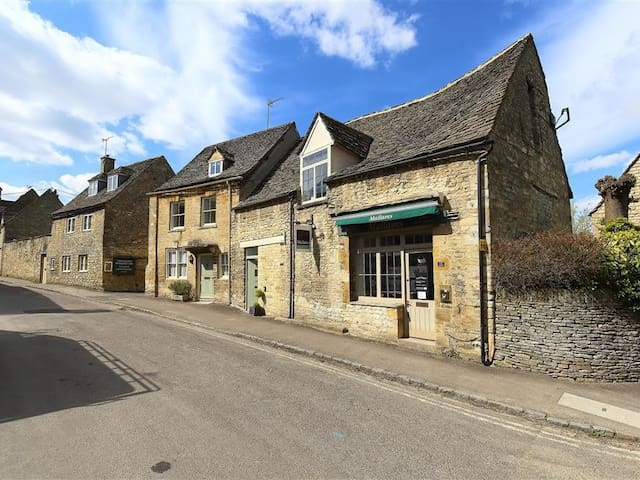 BURFORD'S OLD BAKERY, pet friendly in Burford, Ref 988695