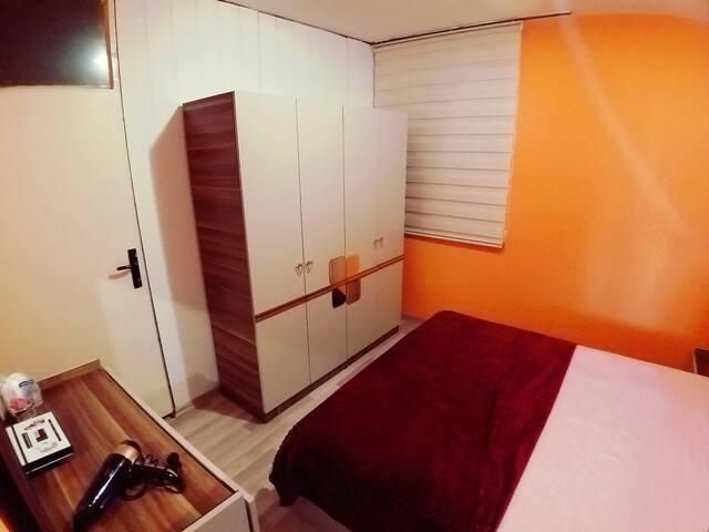 The orange room Double bedroom