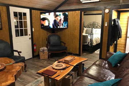 Knotty Squaw Cabin - Couples Paradise Midtown