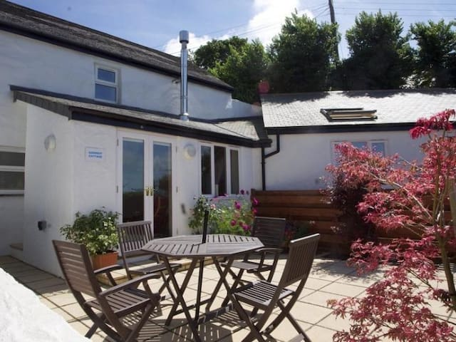 GODREVY COTTAGE, family friendly, with hot tub in Hayle, Ref 959360