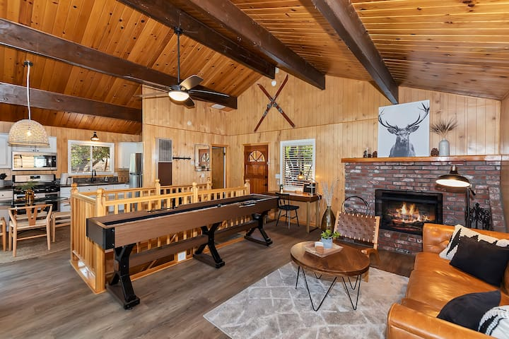Treetop Chalet W/HOT TUB! Close to Ski slopes