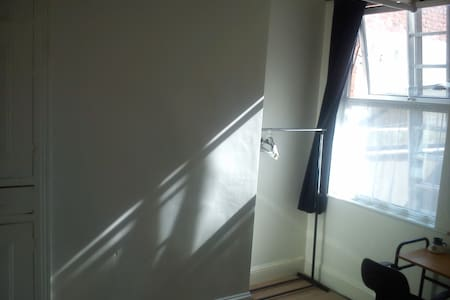 Tall, airy room in charming Victorian town house - Leicester - Huis