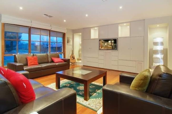 Open plan entertainers delight. Dog friendly.
