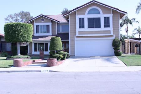 GORGEOUS Home with Beautiful Backyard - วอลนัท