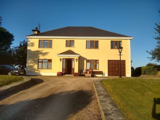 Moonfleet BnB. (Breakfast inc.) knockmore, Ballina