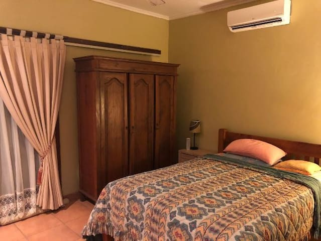 Single private room in beautiful home in Jimbaran