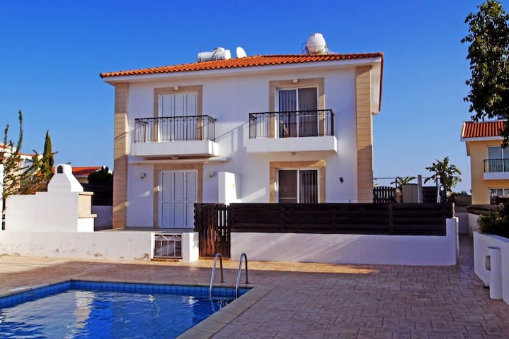 Sirena bay Villa 2 minutes walk to the sea