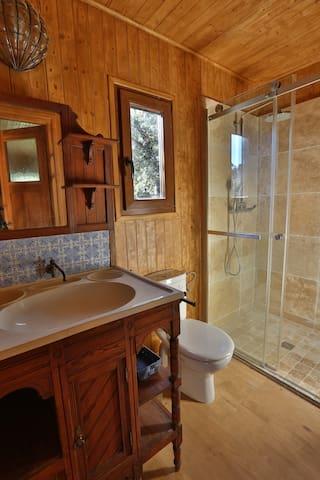 Salle de bain avec meuble des années 20