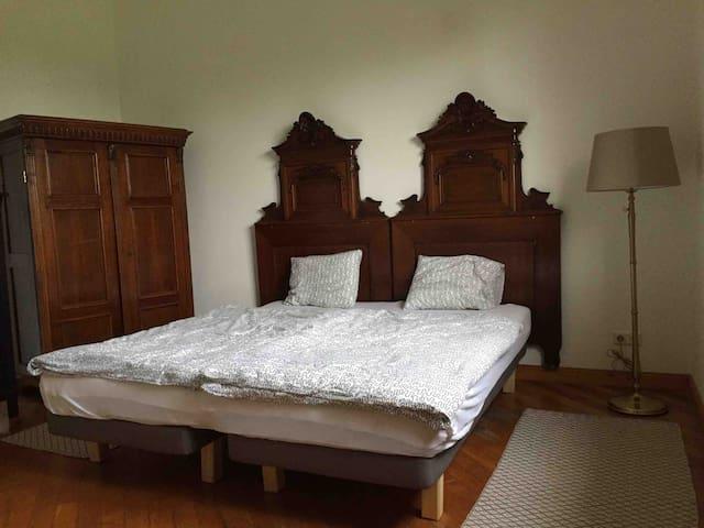 Das grosse Schlafzimmer mit drei Betten.