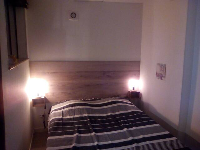 Chambre lit double (couchage en 140 cm).