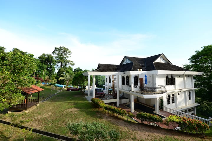 Lot 1905 Hilltop Villa [6 Bedrooms 5 Bath] 12 pax