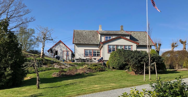 Cozy farm villa by the sea, close to Preikestolen