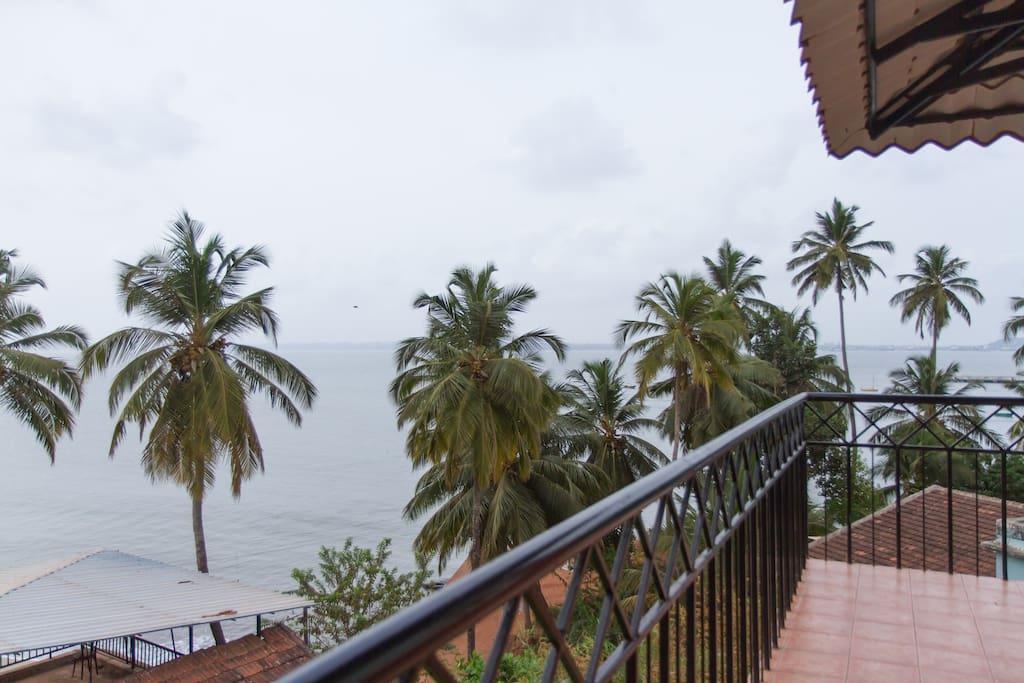 Villa tidina r103 with sea view bed and breakfasts for for Donasea villas 7