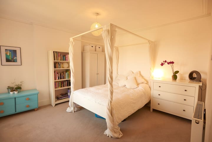 Four Poster Bed in Muswell Hill