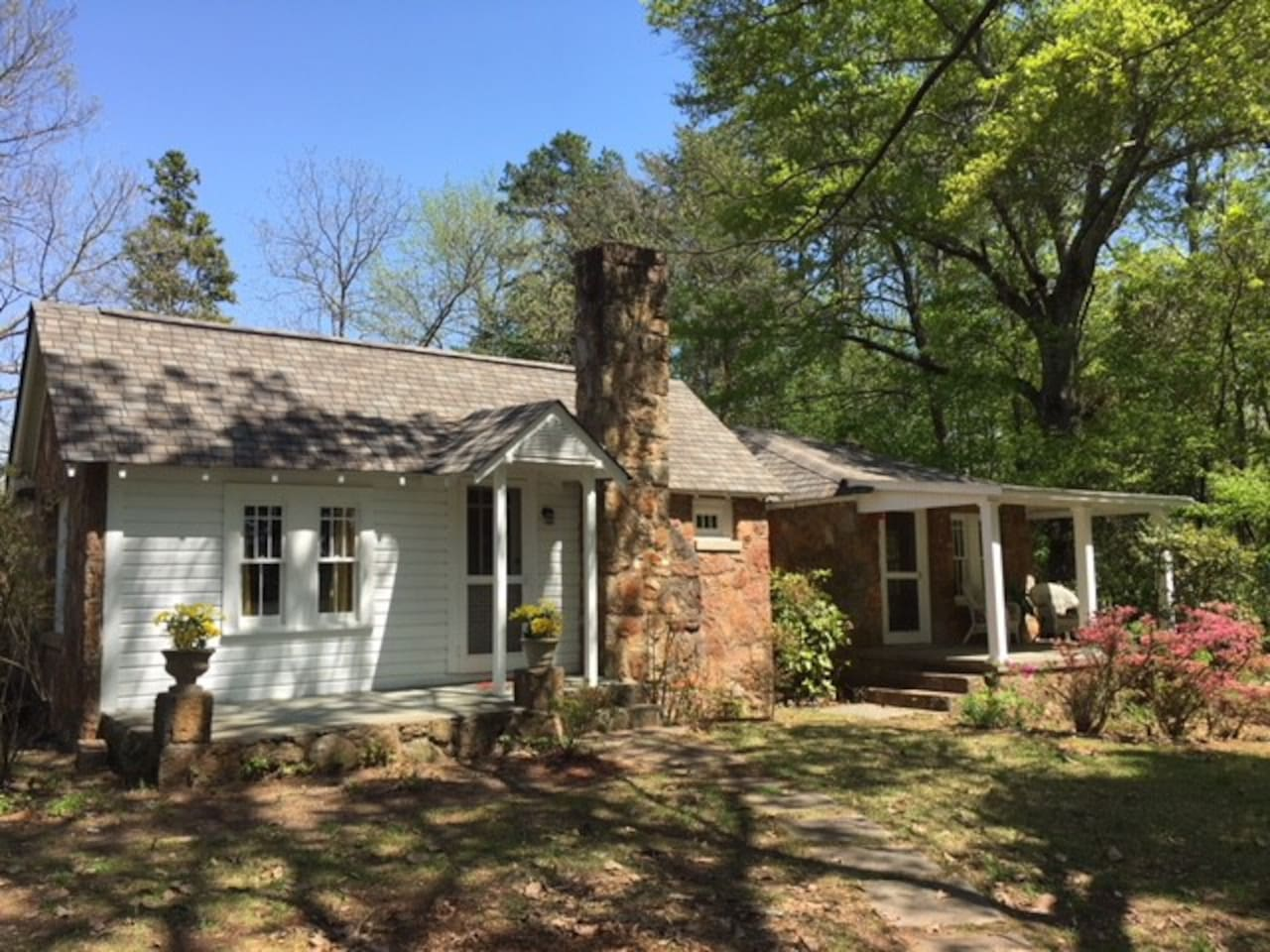 Adorable 1930's rock cottage within minutes to downtown Greenville and downtown Travelers Rest!