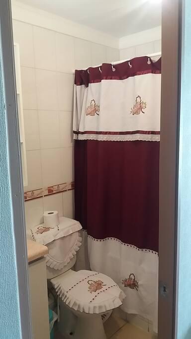 Baño completo con ducha y artículos de aseo disponibles para el huésped.