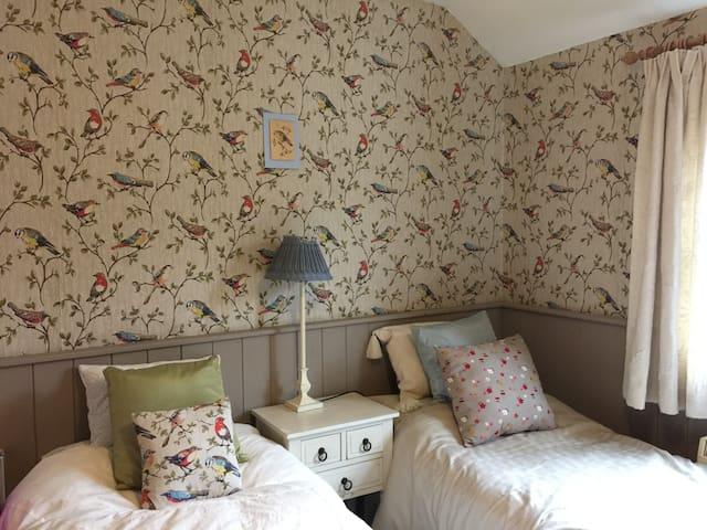 Cosy Bedroom, en suite bath room, large bed, Edale