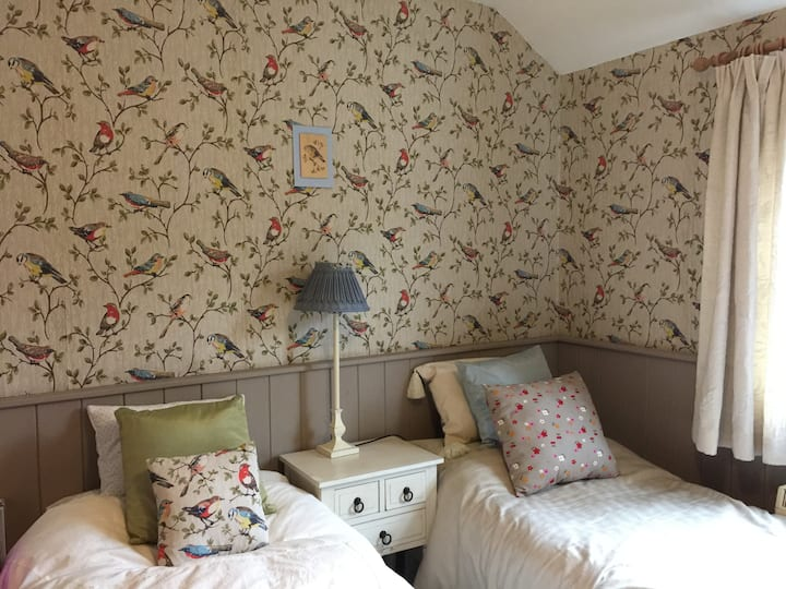 En-suite Bedroom, large double or twin beds, Edale