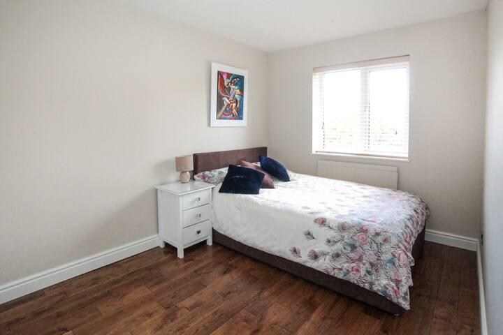 Double room near Elstree Studios.  Suits female