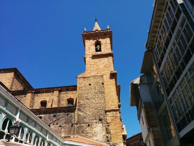 Market and San Isidoro church. El Mercado y la iglesia de San Isidoro.
