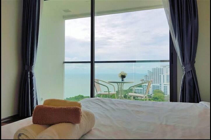D12 空中无边泳池  无敌海景房,可俯瞰整个芭提雅,躺床上可以看海的房间 【The peak 】