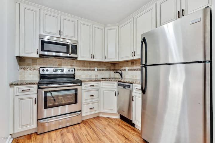 Lg, Newly Renovated 3 BR Condo Steps Fr Beach