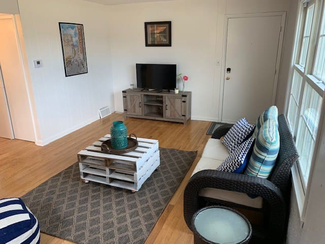 Location is perfect! Clean 1 bed/1 bath apt unit