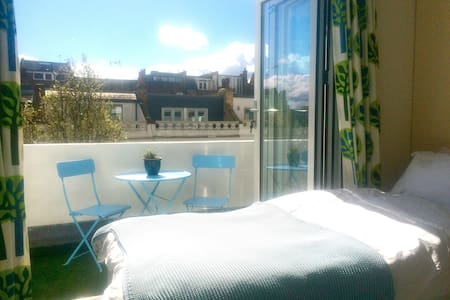 Lovely double, private bath and balcony, Camden
