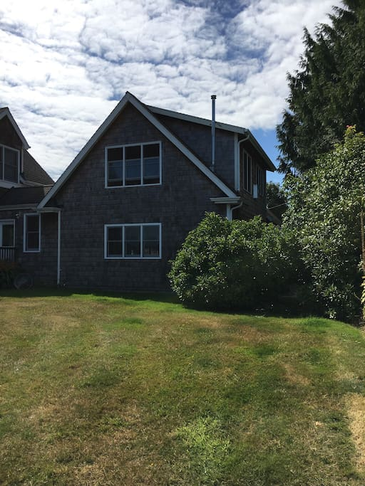 2nd floor one bedroom, full bath retreat is a very quiet and private waterfront retreat just steps away from Puget Sound with sweeping views across Yukon Harbor towards Blake Island State Park, Bainbridge Island, the popular Harper Pier and nearby Manchester.