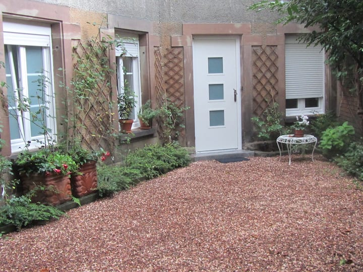 Centre ville appartement rénové, avec cour/jardin