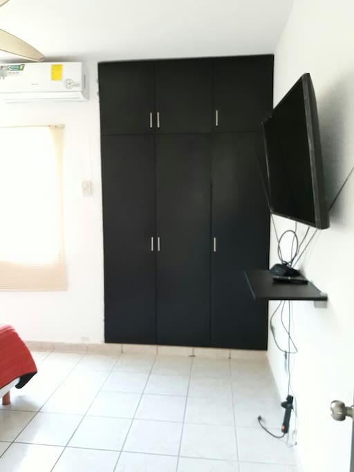 Habitación principal con televisión smart con acceso a Internet, Netflix, YouTube, claro vídeo