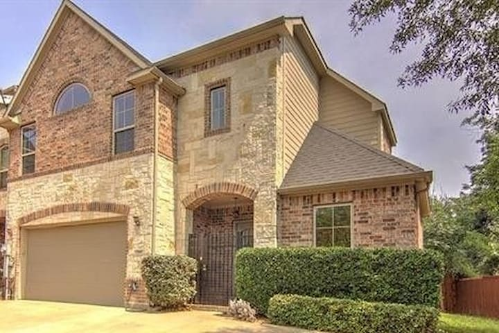 East Dallas Townhouse, Perfect for Long Term Stays