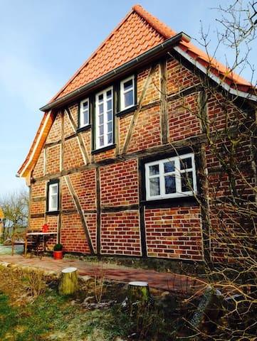 Ole Huus - Idyllisches Fachwerkhaus - Dettmannsdorf - Dům