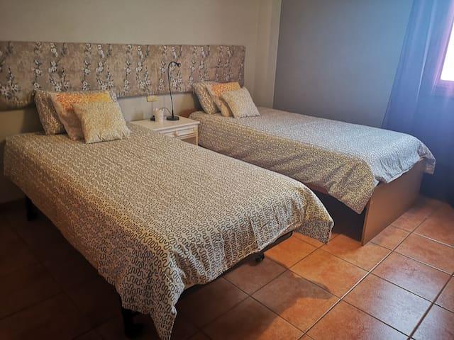 Habitación y baño privado en apartamento familiar.