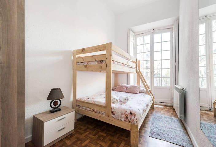 INF, 1. Bella habitación con cama doble y single, Madrid centro
