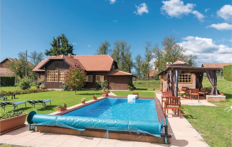 Holiday cottage with 3 bedrooms on 127m² in Topusko