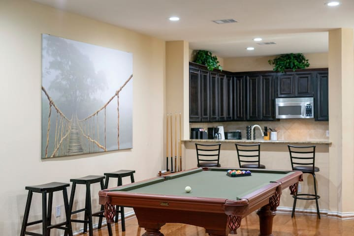 Spacious 3 Story Townhome - 7 beds and Pool Table!