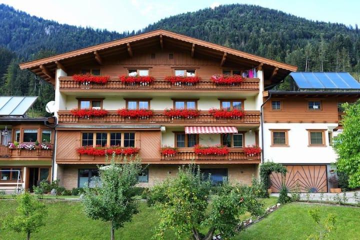 Neuwertige 2 Zimmer Wohnung, Garten und Bergblick.