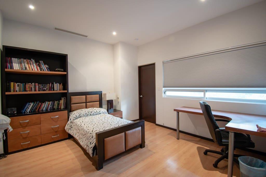 Bedroom #2 with Two Twin Beds // Cuarto #2 con Dos Camas Individuales