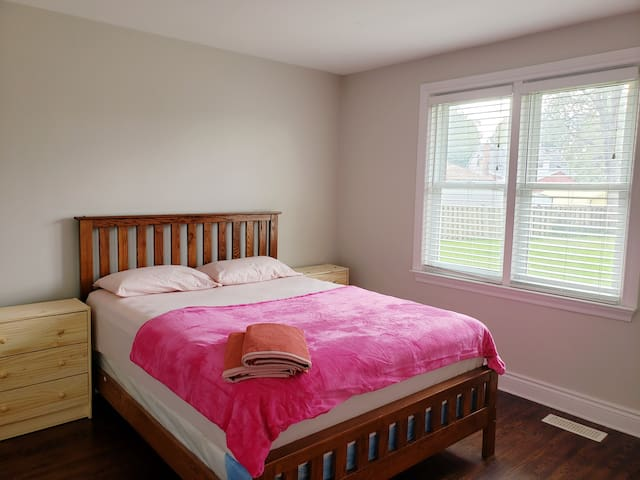 Convenient Queen Room- House with all amenities