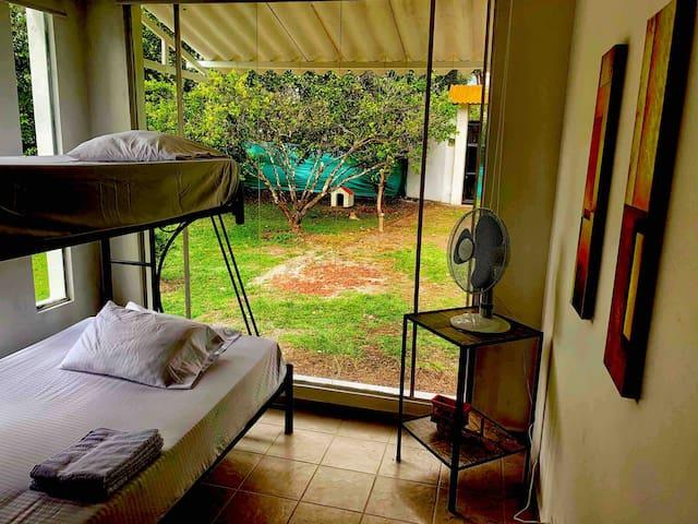 Tercera habitación con litera (camarote) doble abajo y sencilla arriba con amplio closet disponible