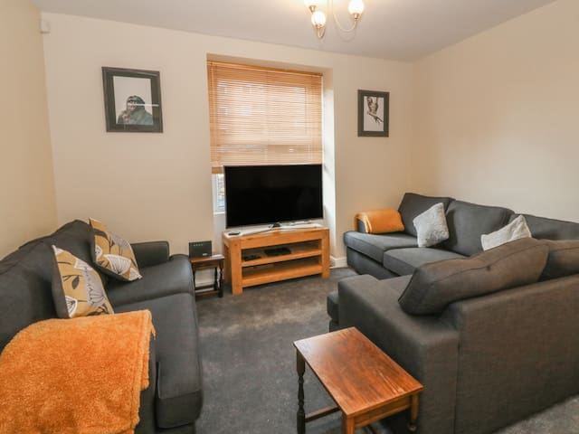 EPHRAIM VILLA, pet friendly, with a garden in Llandudno, Ref 969206