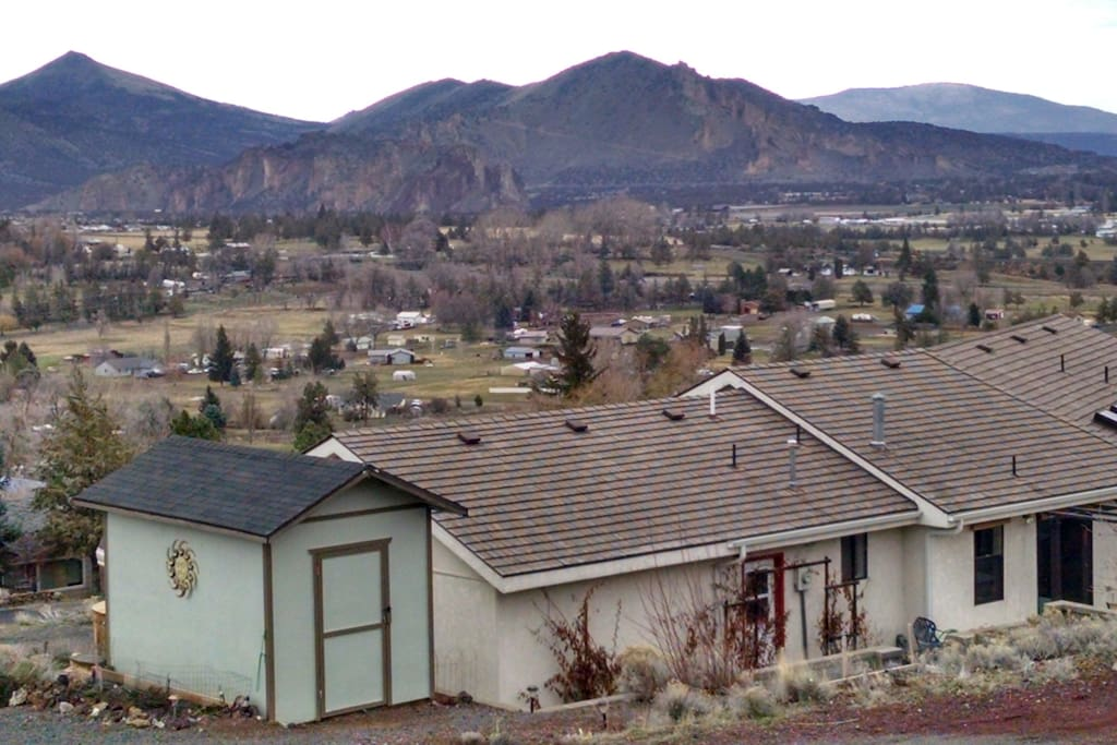 Lovely 3 bedroom 2 bath home overlooking Smith Rocks and the Cascades