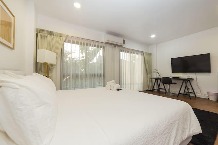 Comfortable & Convenient Suite with a Garden View2
