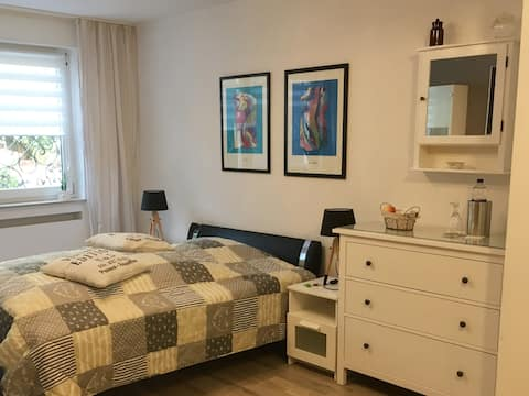 Modern ausgestattetes Zimmer in Einfamilienhaus