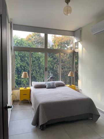 Habitación principal, cama doble con Aire Acondicionado y SmartTV con Netflix.