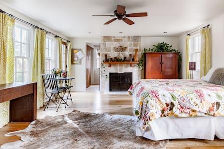 The 1772 Lefevre House Suite
