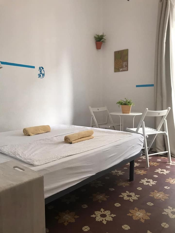 Hostel-Room with Balcony in Málaga (monthly rent)