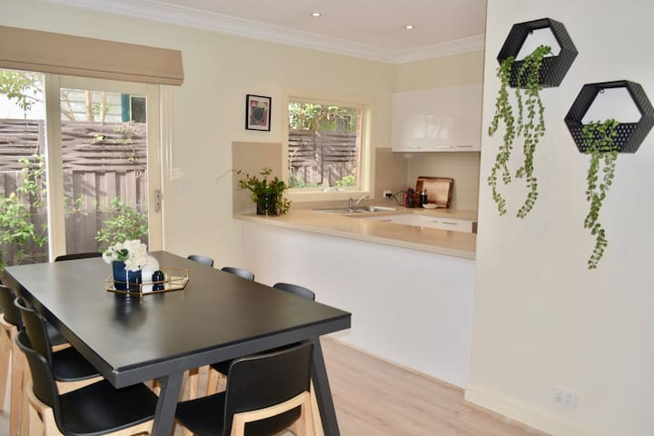 Excellent Malvern East location * 3 bedrms 2.5 bth