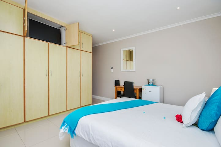 King Guest lodge -Double Room (Bath and Shower)